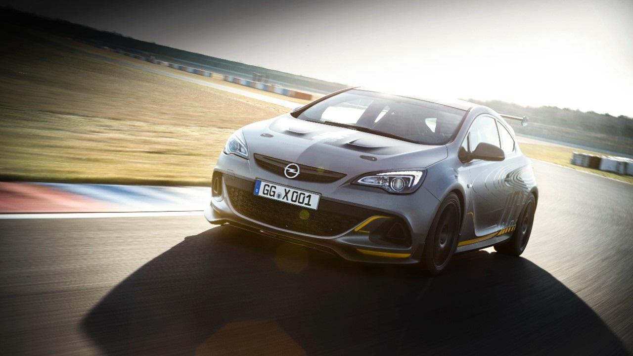 Opel Astra OPC Extreme en movimiento