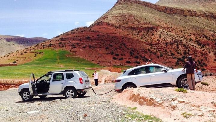 Dacia Duster rescatando un Porsche Macan