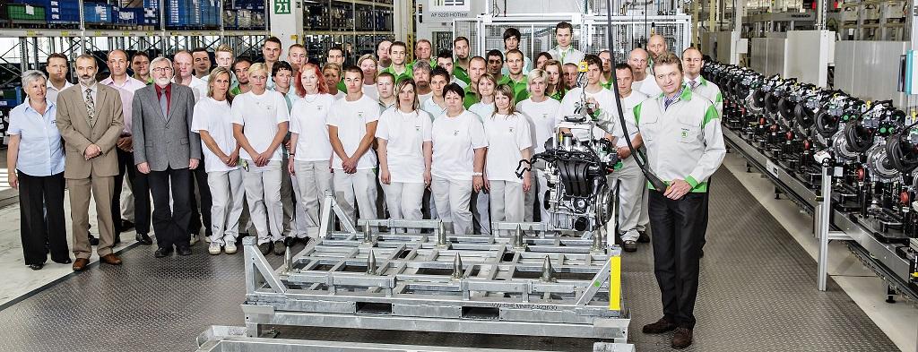 Trabajadores de Skoda con el motor de tres cilindros