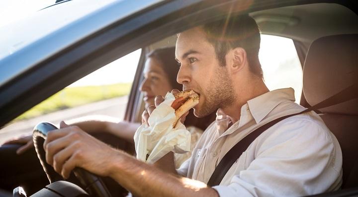 conductor comiendo