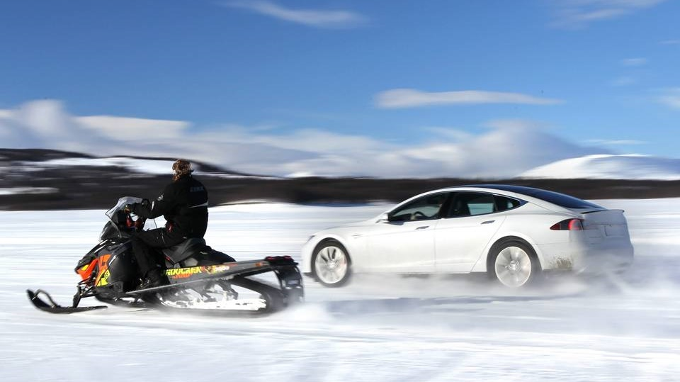 Tesla Model S P85D vs moto de nieve