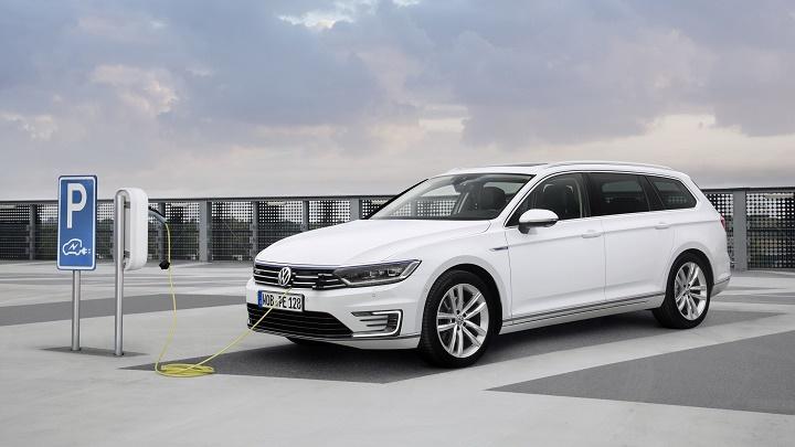 Volkswagen Passat GTE cargandose