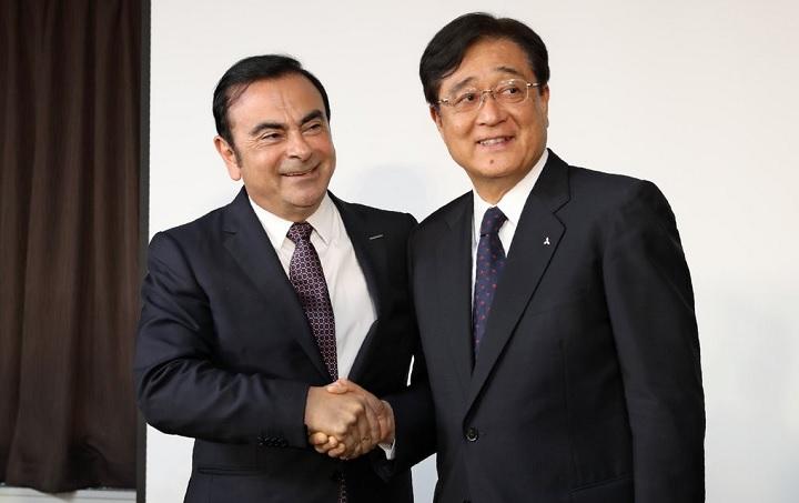 Ghosn y Masuko dandose la mano