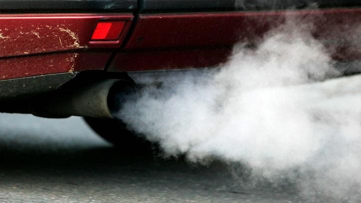 coche-emitiendo-CO2