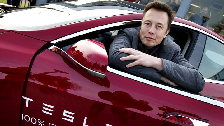 Elon-Musk-en-un-Tesla